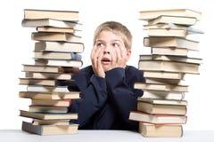 El muchacho y una pila de libros Imagen de archivo