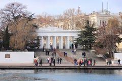 El muelle de la cuenta en la ciudad de Sevastopol (Crimea) Imágenes de archivo libres de regalías