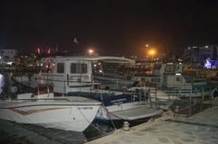 El muelle del pescador en la noche en Ayia Napa, Chipre el 13 de junio de 2018 foto de archivo