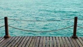 El muelle marino y el mar almacen de metraje de vídeo