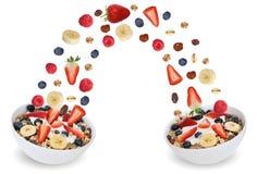 El muesli de la fruta del vuelo para el desayuno en cuenco con las frutas le gusta banan Imágenes de archivo libres de regalías