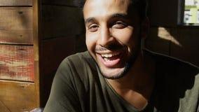El mulato feliz sonríe y expresa sus emociones r Imagen de archivo