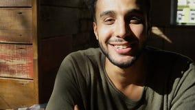 El mulato feliz sonríe y expresa sus emociones r Foto de archivo libre de regalías