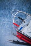 El multímetro de Electricianen la construcción superficial metálica rasguñada fotografía de archivo libre de regalías