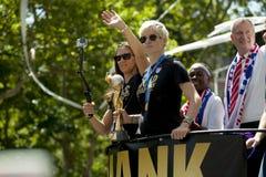 El mundial de la FIFA defiende desfile nacional de la teletipo-cinta del equipo de fútbol de las mujeres de los E.E.U.U. Imágenes de archivo libres de regalías