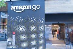 El mundo del Amazonas establece jefatura de la entrada del colmado del mercado imágenes de archivo libres de regalías