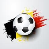 El mundo del fútbol o el campeonato europeo con la bola y Bélgica señala colores por medio de una bandera Foto de archivo libre de regalías
