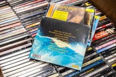 El mundo del ?lbum del CD de la borradura se vaya 2017 en la exhibici?n en venta, d?o ingl?s famoso del synthpop foto de archivo libre de regalías
