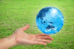 El mundo en su mano Imágenes de archivo libres de regalías
