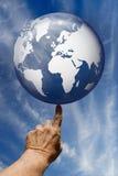 El mundo en sus yemas del dedo fotos de archivo libres de regalías
