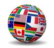 El mundo internacional del negocio señala el globo por medio de una bandera Foto de archivo