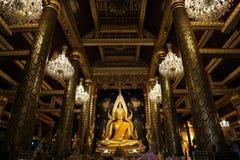El mundo la mayoría de la estatua de oro hermosa de Buda imágenes de archivo libres de regalías