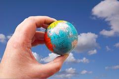 El mundo puede estar en sus yemas del dedo Foto de archivo