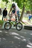 EL MUNICIPIO DE RADNOR, PA - 7 DE MAYO: Funcionamiento del truco de BMX de Chris Aceto en el rodeo de la bici del municipio de Ra Imagen de archivo libre de regalías