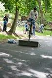 EL MUNICIPIO DE RADNOR, PA - 7 DE MAYO: Funcionamiento del truco de BMX de Chris Aceto en el rodeo de la bici del municipio de Ra Foto de archivo libre de regalías