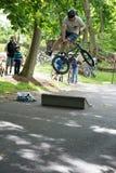 EL MUNICIPIO DE RADNOR, PA - 7 DE MAYO: Funcionamiento del truco de BMX de Chris Aceto en el rodeo de la bici del municipio de Ra Fotografía de archivo