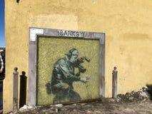 El mural por Banksy protegió por el vidrio fotos de archivo libres de regalías