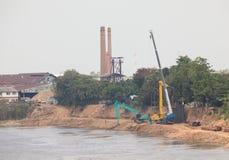 El muro de cemento de la presa del río de la construcción del proyecto protege la grieta de la orilla del río contra el agua Imágenes de archivo libres de regalías
