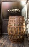 El museo - almacenamiento del vino costoso Madera del vintage Los barriles enormes son marcados por datos del vino Foto de archivo