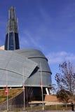 El museo canadiense de los derechos humanos señala el medio palo por medio de una bandera foto de archivo libre de regalías