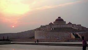 El museo central en el parque de Ambedkar tiró contra puesta del sol en la oscuridad almacen de metraje de vídeo