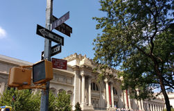 El museo de arte metropolitano, la avenida encontrada, 5ta, milla del museo, 81.a calle del este, placas de calle, New York City, Imagen de archivo libre de regalías