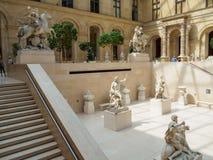El museo del Louvre, pasillo con la escultura francesa en París fotos de archivo