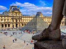 El museo del Louvre y la pirámide del Louvre en París imagen de archivo