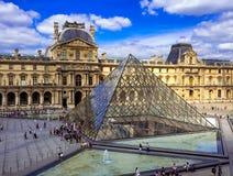 El museo del Louvre y la pirámide del Louvre en París imagen de archivo libre de regalías