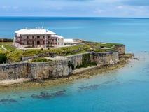 El Museo Nacional de Bermudas mira hacia fuera sobre el Océano Atlántico Foto de archivo