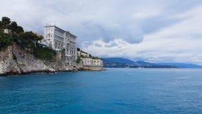 El museo oceanográfico en Mónaco sube de la roca del cliffside, paisaje marino magnífico almacen de metraje de vídeo