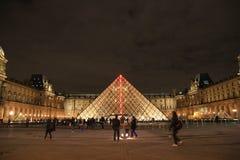 El museo por noche, París, Francia de la lumbrera Fotografía de archivo libre de regalías