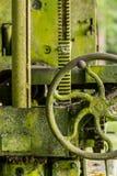 El musgo cubrió la maquinaria agrícola con la manija Imágenes de archivo libres de regalías