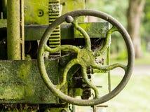 El musgo cubrió la maquinaria agrícola con la manija Fotos de archivo libres de regalías