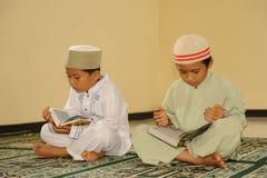 El musulmán embroma la lectura de Koran fotografía de archivo