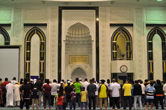 El musulmán ruega para los rezos del maghrib (amanecer) en mezquita Imágenes de archivo libres de regalías