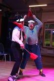 El número cómico del estallido del marinero con las banderas de señal realizado por los actores de imita el teatro y la payasada, Imagen de archivo
