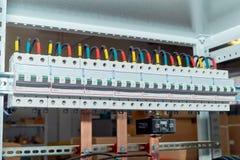 El número de alambres eléctricos o de cables conectó con los disyuntores modulares Foto de archivo libre de regalías