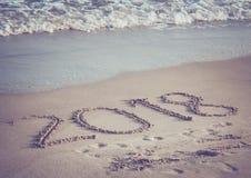 El número 2018 en la playa Foto de archivo libre de regalías