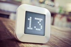 El número 13 en un calendario, un termóstato o un contador de tiempo de Digitaces Imágenes de archivo libres de regalías