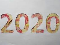 el número 2020 formó con los billetes de banco mexicanos en el fondo blanco Imágenes de archivo libres de regalías