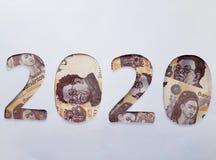 el número 2020 formó con los billetes de banco mexicanos en el fondo blanco Fotografía de archivo libre de regalías