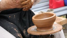 El nacimiento de la cerámica en una rueda de la cerámica almacen de video