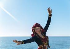 El nacional georgiano de baile de la mujer viste el mar al aire libre Fotos de archivo