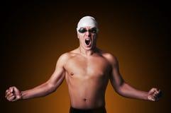 El nadador de sexo masculino muscular con el puño apretado está celebrando Imágenes de archivo libres de regalías
