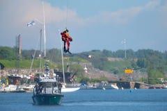 El nadador finlandés no identificado del rescate del guardacostas cae abajo al mar Báltico Imagen de archivo libre de regalías