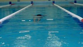El nadador nada debajo del agua durante el entrenamiento almacen de video