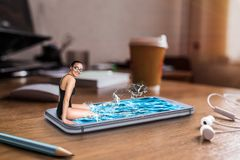 El nadador se sienta al borde de la pantalla con agua Fotografía de archivo libre de regalías