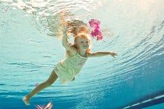 El nadar bajo la muchacha del agua con la flor Foto de archivo libre de regalías