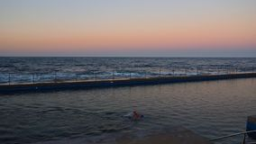 El nadar cerca del océano imagen de archivo